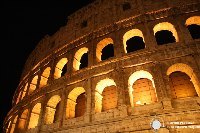 El Coliseo de Roma de noche