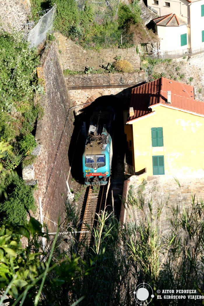 El tren que conecta los pueblos de Cinque Terre