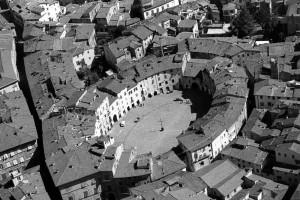 Vista área del anfiteatro de Lucca en 1950
