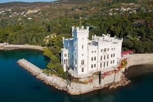 El Castillo Miramar en la costa del Golfo de Trieste