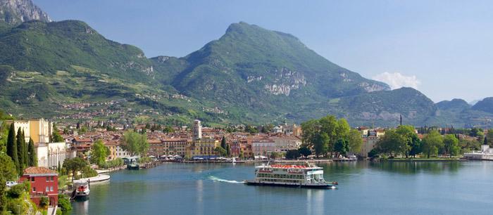 El lago de Garda con el monte Baldo al fondo