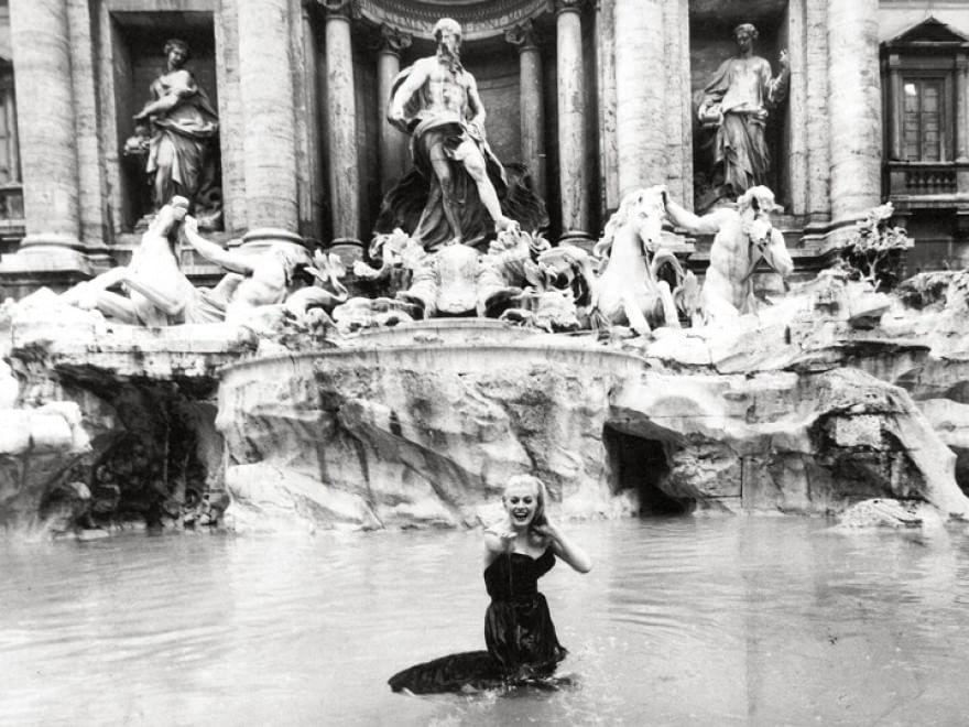 Anita Ekberg en las aguas de la Fontana de Trevi en Roma