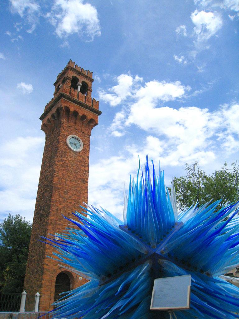 La escultura de de vidrio La Cometta y la Torre del Reloj al fondo
