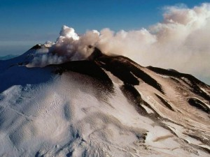 Nieve y humo sobre el volcán Etna