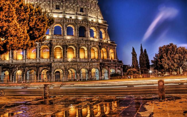 El Coliseo de Roma iluminado