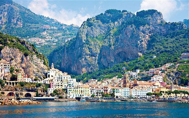 Casas de Amalfi encajonadas entre la montaña y el mar