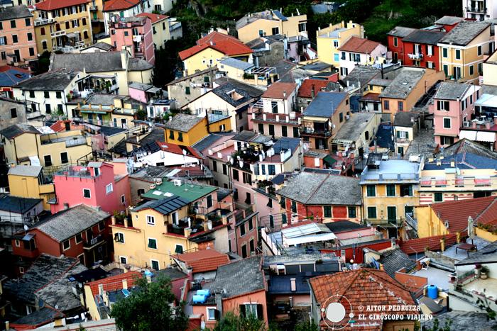 Las casas de colores de Monterosso desde el castillo
